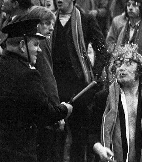 Название: полицейский ударом рабивает очки США 1960-е.jpg Просмотров: 46  Размер: 54.7 Кб